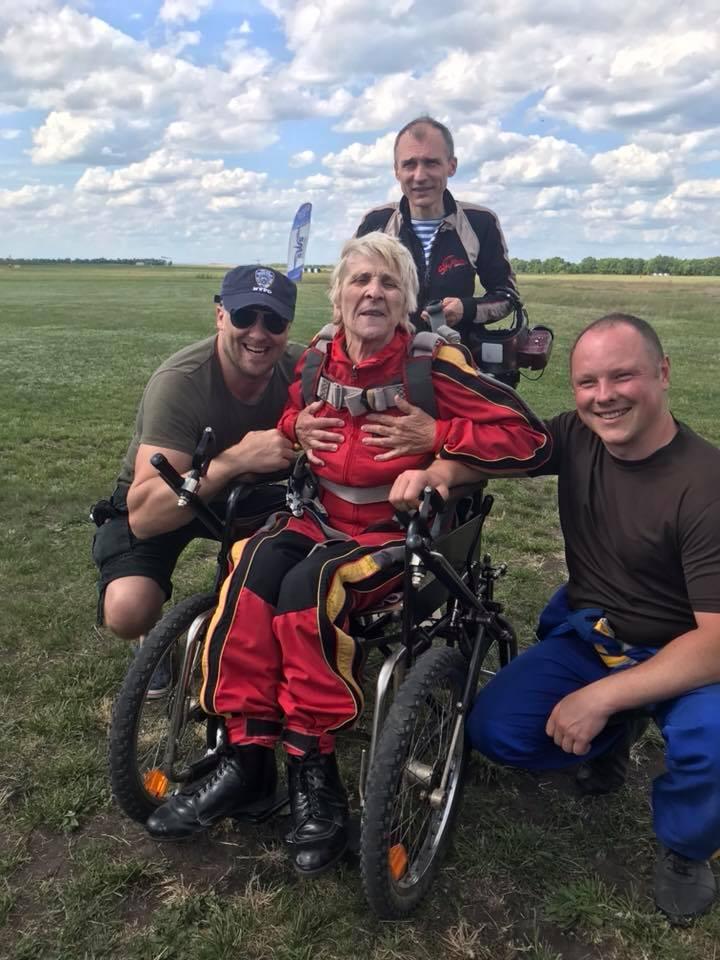71-річна українка в інвалідному візку стрибнула з парашутом (фото)