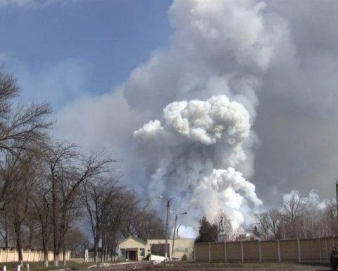 Появилось видео пожара на военной базе в Балаклее, из-за которого эвакуируют население