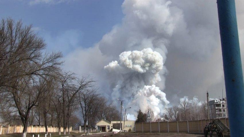 З'явилося відео пожежі на військовій базі в Балаклії, через яку евакуюють населення