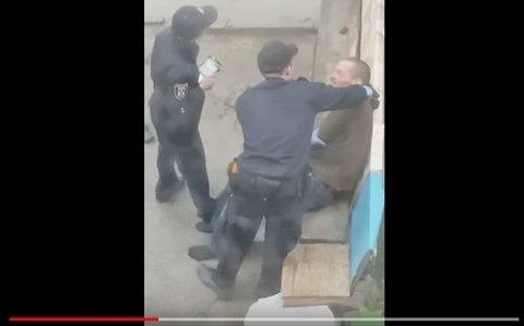 Из-за видео, где полицейские издеваются над мужчиной, возбудили дело