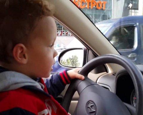 2-річний хлопчик на авто переїхав власну матір