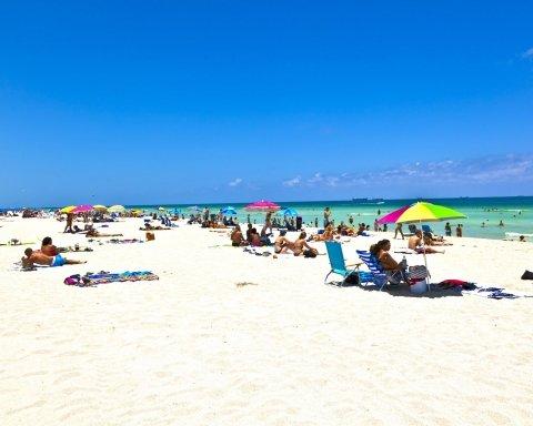 Коп накинувся з кулаками на неповнолітню посеред пляжу (відео)