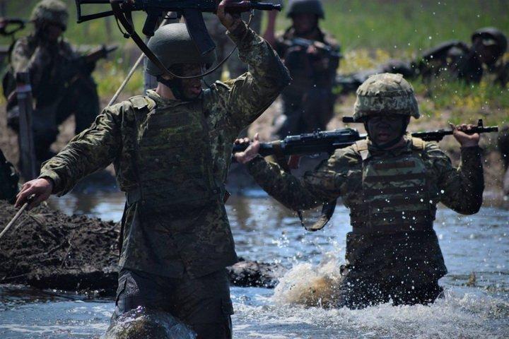 Под взрывы, в воде и грязи: украинцам показали испытания морских пехотинцев