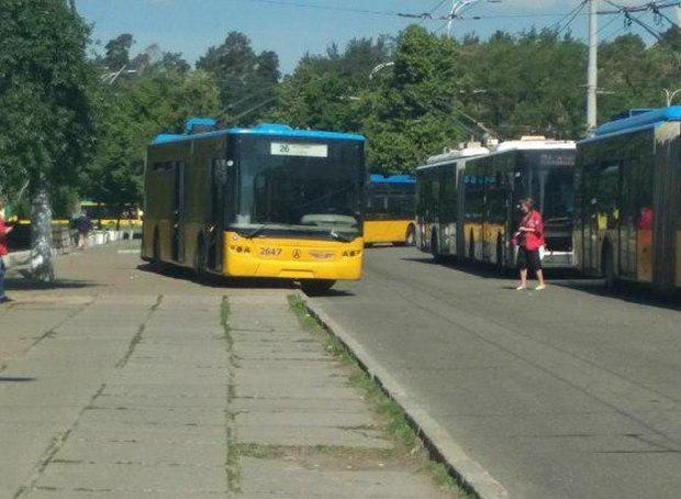 Неадекватний водій тролейбуса обурив киян: фото