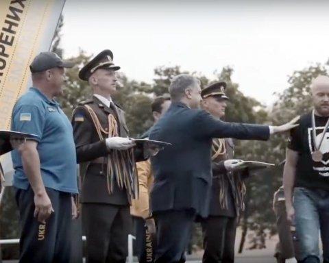 Полиция задержала бойца «Азова», который отказался пожать руку Порошенко