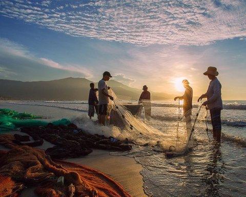 Во Вьетнаме рыбаки выловили пугающую «русалку»: кадры существа