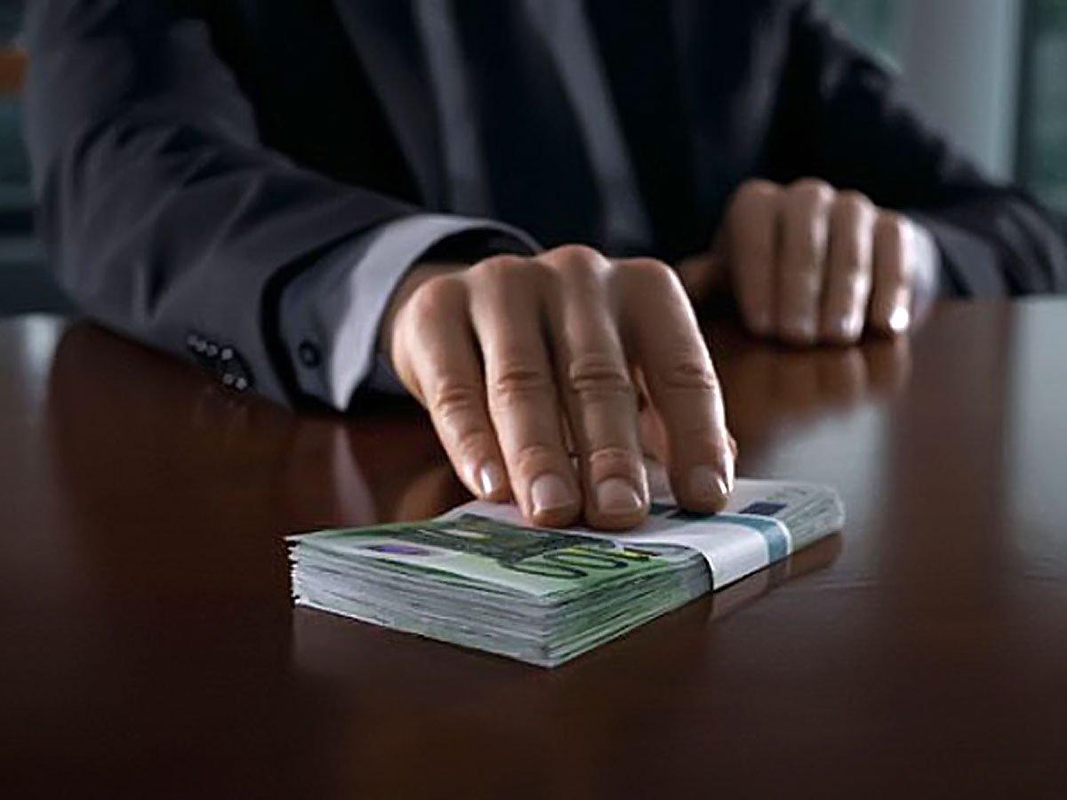 Чиновник попався на хабарі, але звільнився і заплатив штраф бюджетними грошима