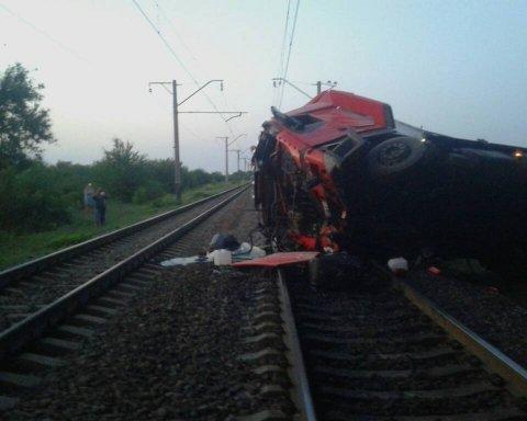 Вантажівка злетіла з моста на залізничні рейки: з'явилися перші знімки