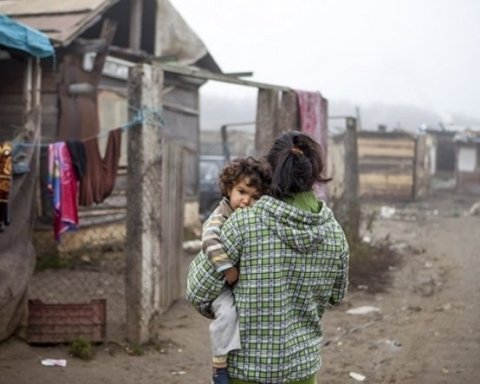 Из-за погрома лагеря ромов во Львове провели самое массовое родительское собрание