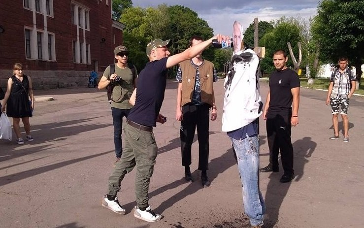 """Як на Донбасі спалили """"Путіна"""": яскраві кадри"""