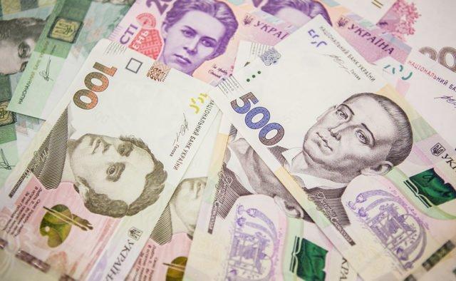 Украину заполонили фальшивые деньги: как распознать подделку