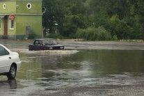 Дорога превратилась в реку после сильного ливня: проехать невозможно