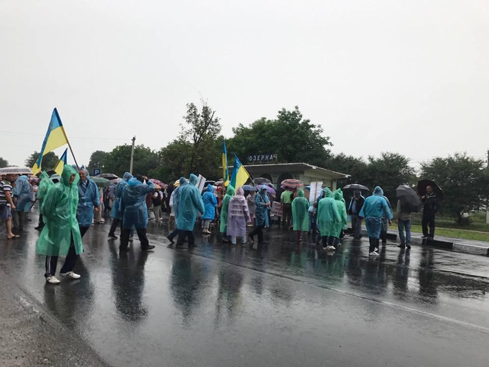 На Тернопольщине сотрудники «Укрспирта» заблокировали дорогу из-за простоя