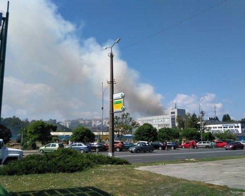 Под Киевом горит жилой дом, жители в панике бегут на улицу
