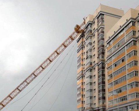 В сети появилось видео падения крана на многоэтажку в РФ