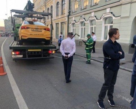 Момент наїзду таксі на уболівальників у Москві зафільмувала камера спостереження