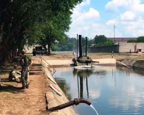 Военнослужащие тренировались ездить под водой