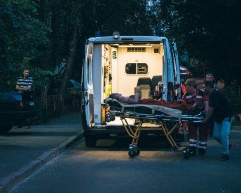 Чоловіка знайшли у калюжі крові посеред власної квартири: подробиці моторошного інциденту