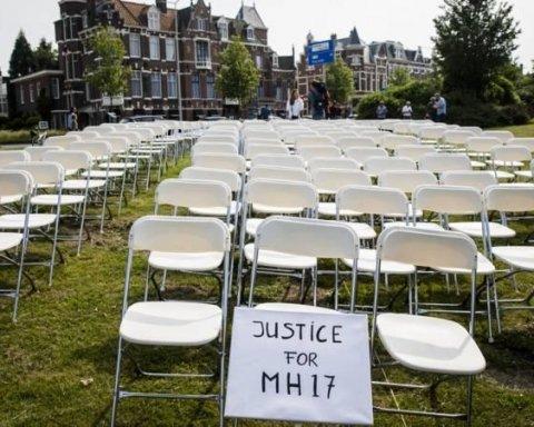 Семьи жертв теракта против Боинга провели акцию у посольства РФ в Гааге