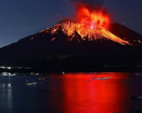 Вулкан Сакурадзіма виплюнув п'ятикілометровий стовп попелу