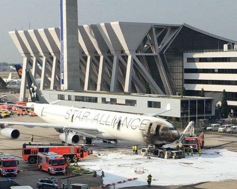 В аэропорту Германии загорелся самолет