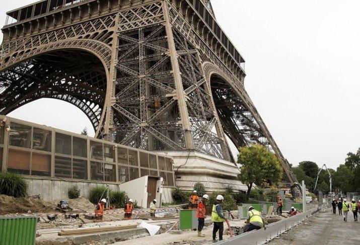 Эйфелеву башню окружили антитеррористической стеной