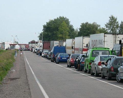Сотни авто застряли в очереди на границе с Польшей