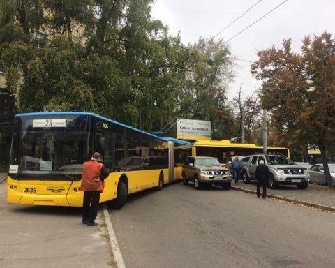 Герой парковки заблокував рух громадського транспорту