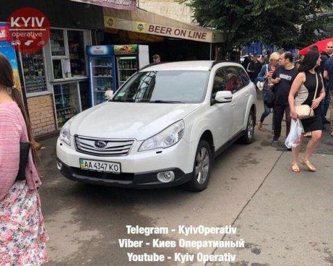 Герой паркування: водій залишив авто перед виходом з метро