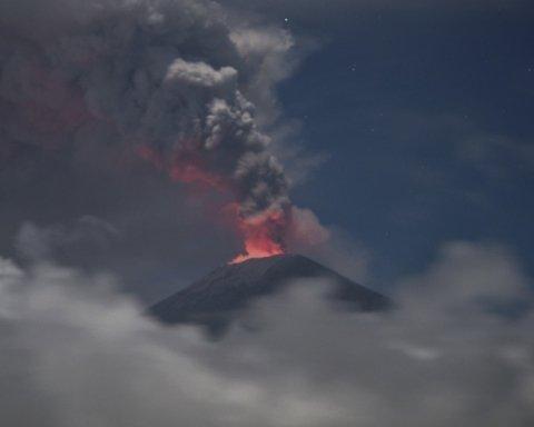 На відомому курорті прокинувся вулкан: неймовірні кадри