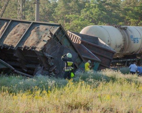У Дніпрі з рейок зійшов потяг: фото с місця аварії