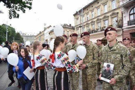 Як львів'яни зустрічали тисячу десантників з Донбасу: зворушливі кадри