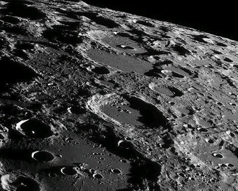 Ученые нашли на Луне воду, которая спасет первых колонистов