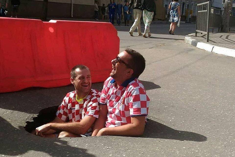 Хорватские болельщики сделали мемом яму на дороге