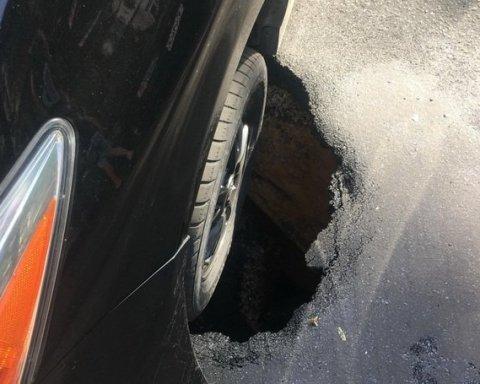В Одессе автомобиль провалился под землю