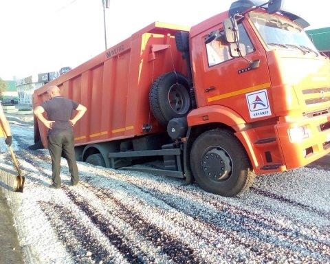 Ремонт доріг по-російськи: вантажівка провалилася в яму, яку повинна була залатати