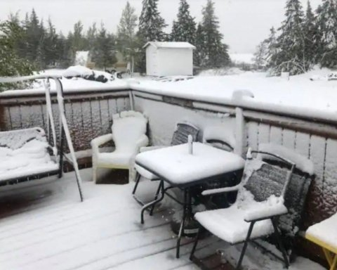 Появились кадры внезапного снегопада, что засыпал страну в середине лета