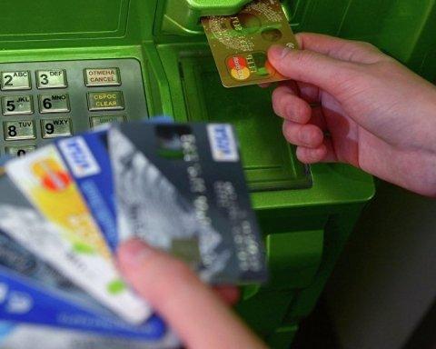Хуже Беларуси: сколько украинцев имеют банковские карты
