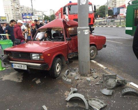 Масштабное ДТП в Харькове: юноша протаранил столб в центре города