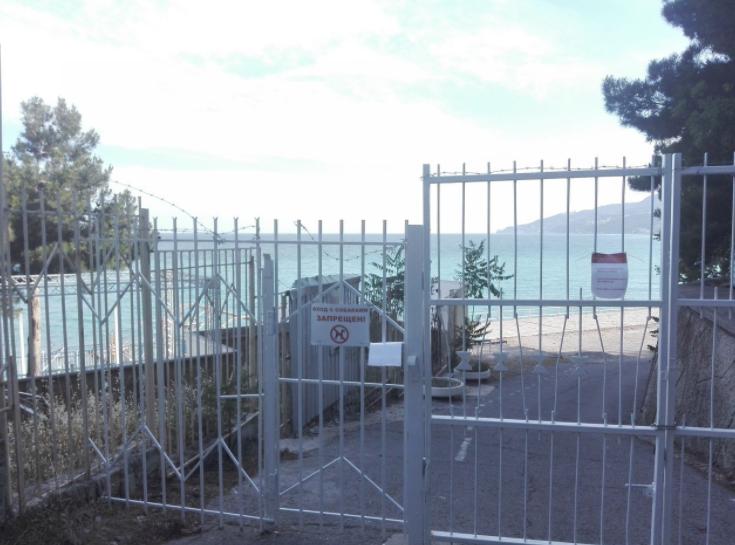 В окупованому Криму пляжі від туристів огородили колючим дротом: фото