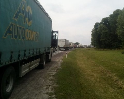 Селяни перекрили міжнародну трасу: черга авто підбирається до Львова