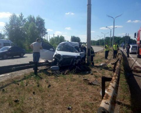 Авто з трьома людьми влетіло в стовп: один загиблий