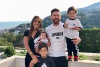 Дружина Мессі привітала футболіста в соцмережах милими сімейними знімками