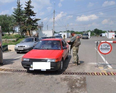 Прорывалась вне очереди: женщина умышленно наехала на пограничника в Новотроицком