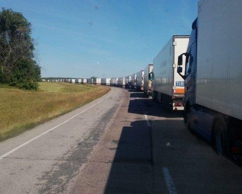 РФ перестала пускать украинские авто через границу: десятки машин застряли