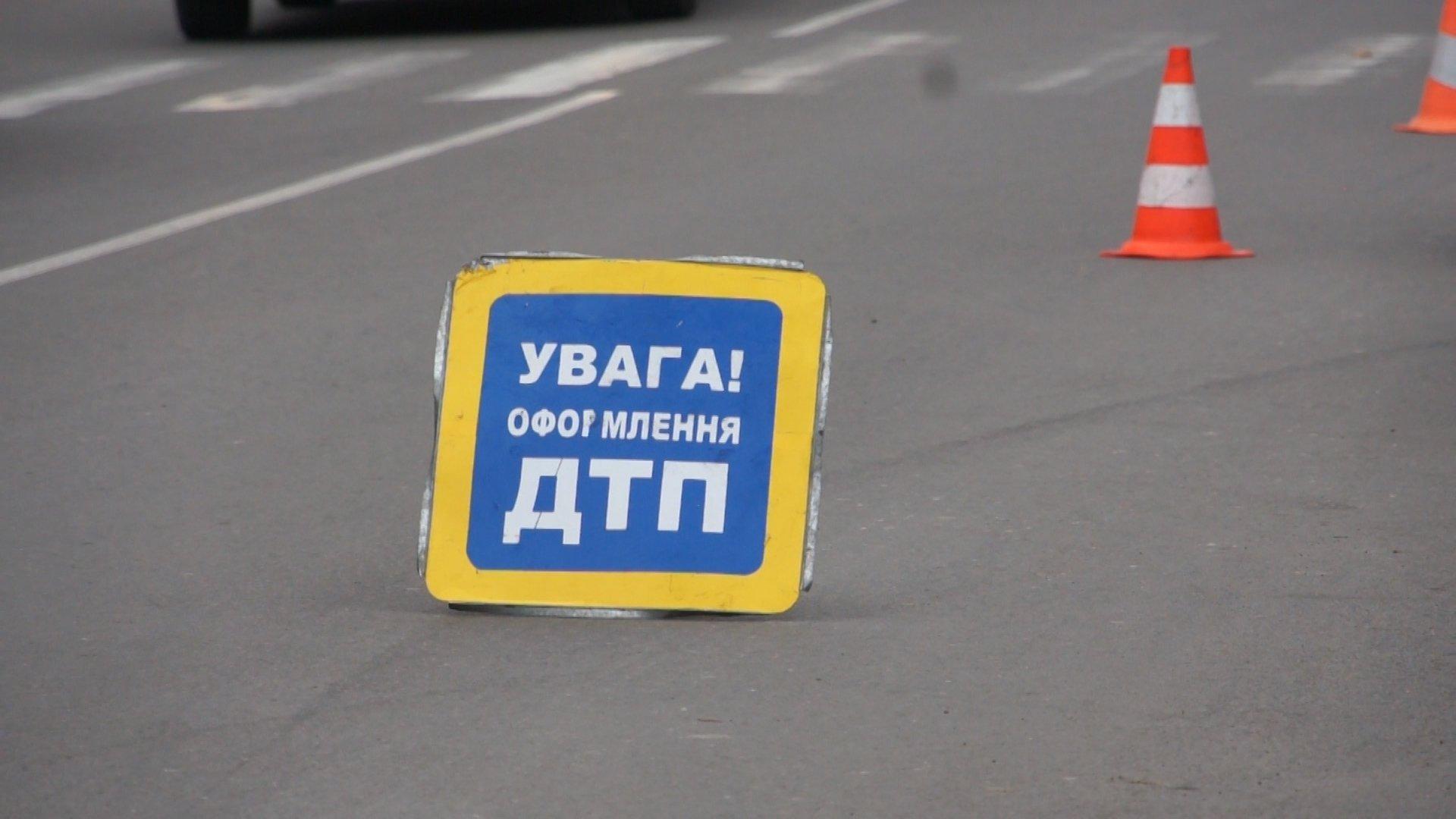 Автівка вилетіла на тротуар: у центрі Києва сталася серйозна аварія