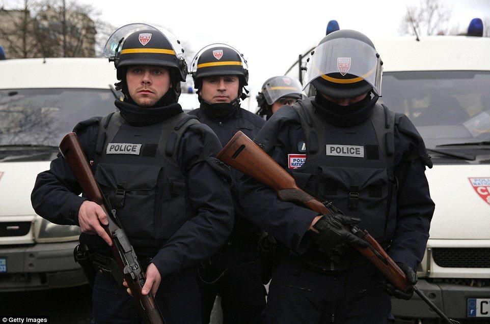 В Париже мужчина захватил заложников
