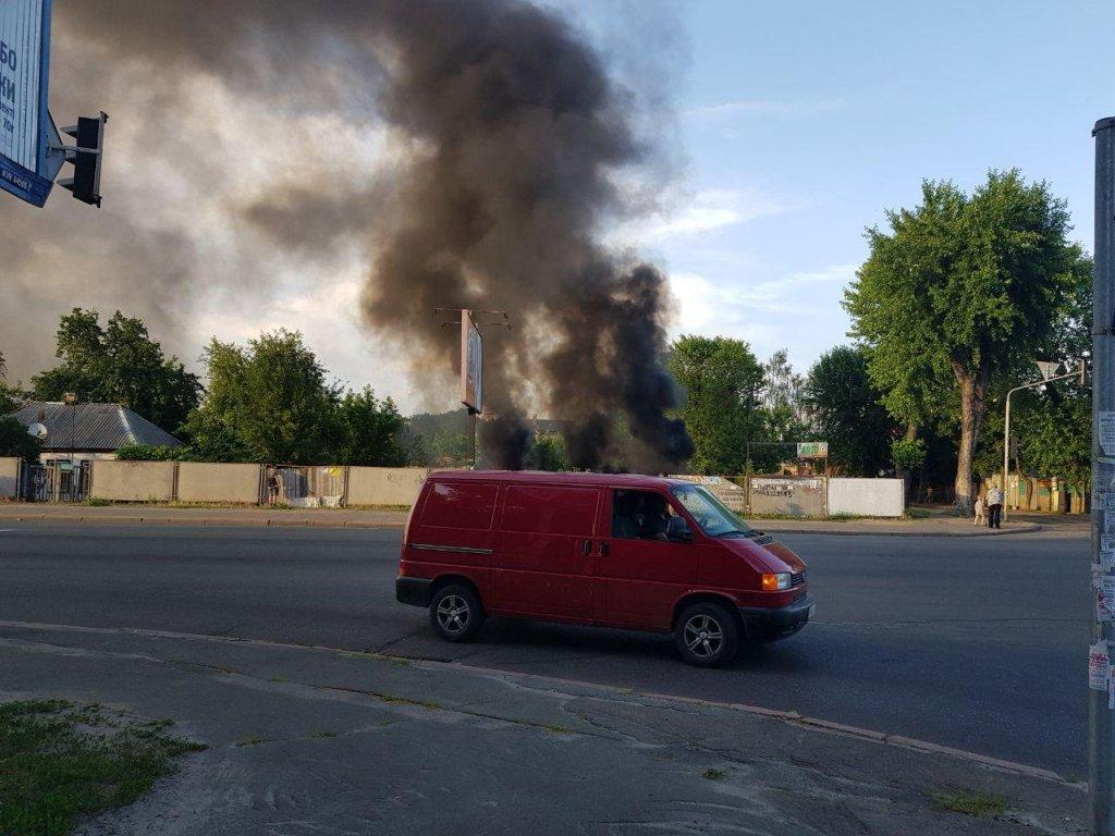 На Вырлице в Киеве полыхал пустырь: пожарные справились с работой (фото, видео)