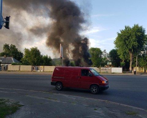 На Вирлиці в Києві палахкотів пустир: пожежні впоралися з роботою (фото, відео)