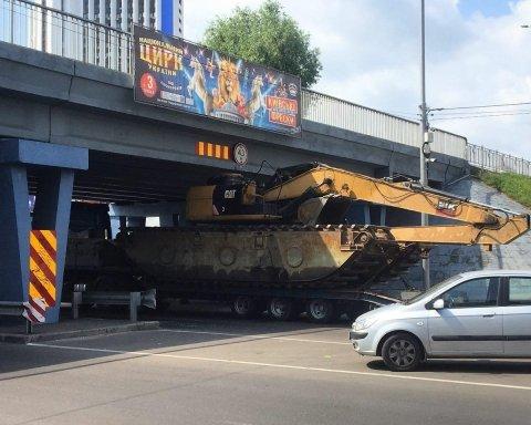 Спецтехніка ледь не застрягла під мостом на Лівобережній в Києві